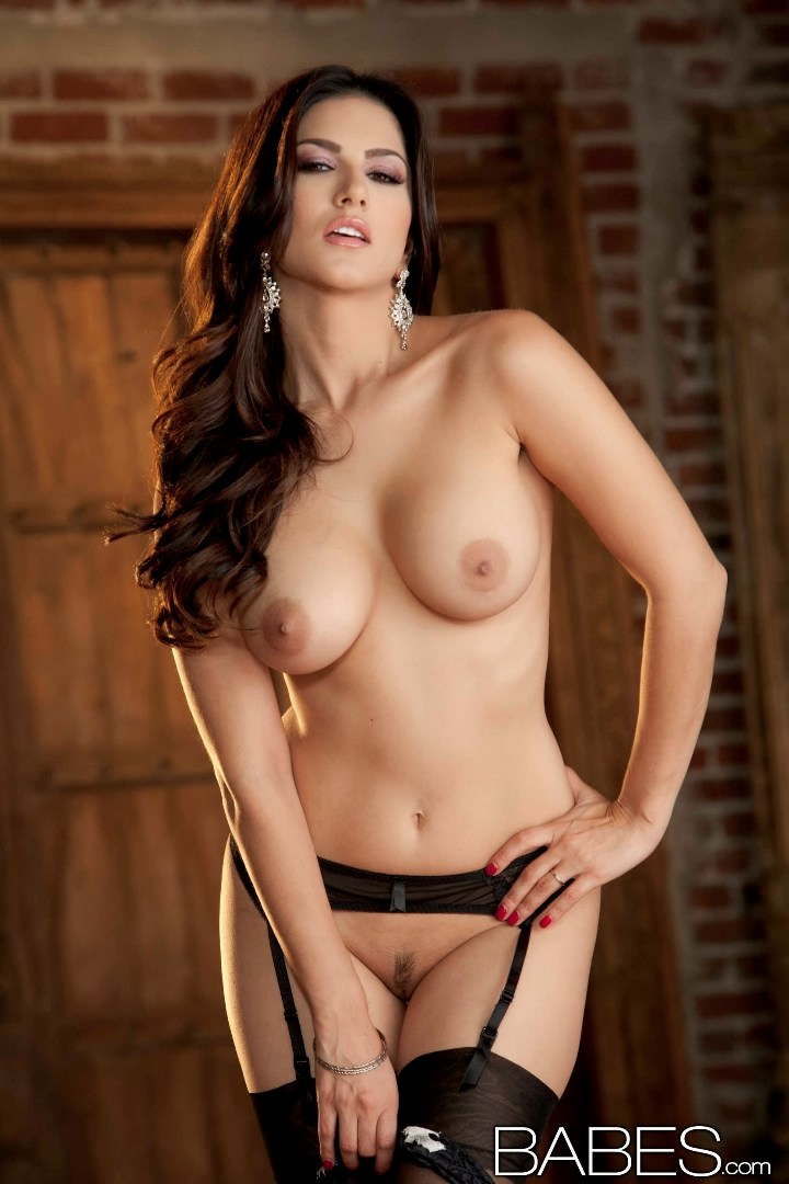 curvy sunny leone gets naked and fucked without comdom
